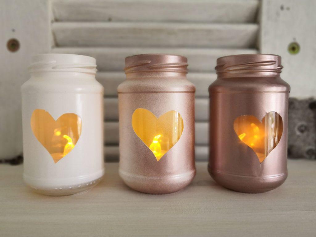 Drei Upcycling-Teelichtgläser mit Herz