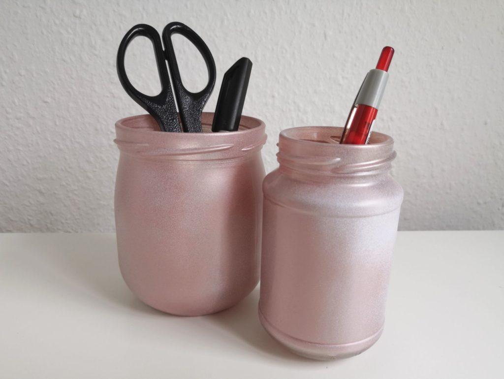 Upcycling-Gläser als Halter für Stifte, komplett besprüht